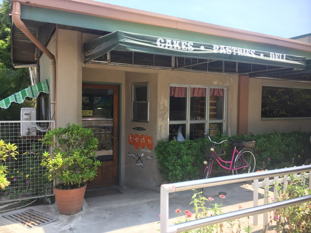 We swooned at the smell inside their bakeshop. Sobrang bango! It made us want to order everything!